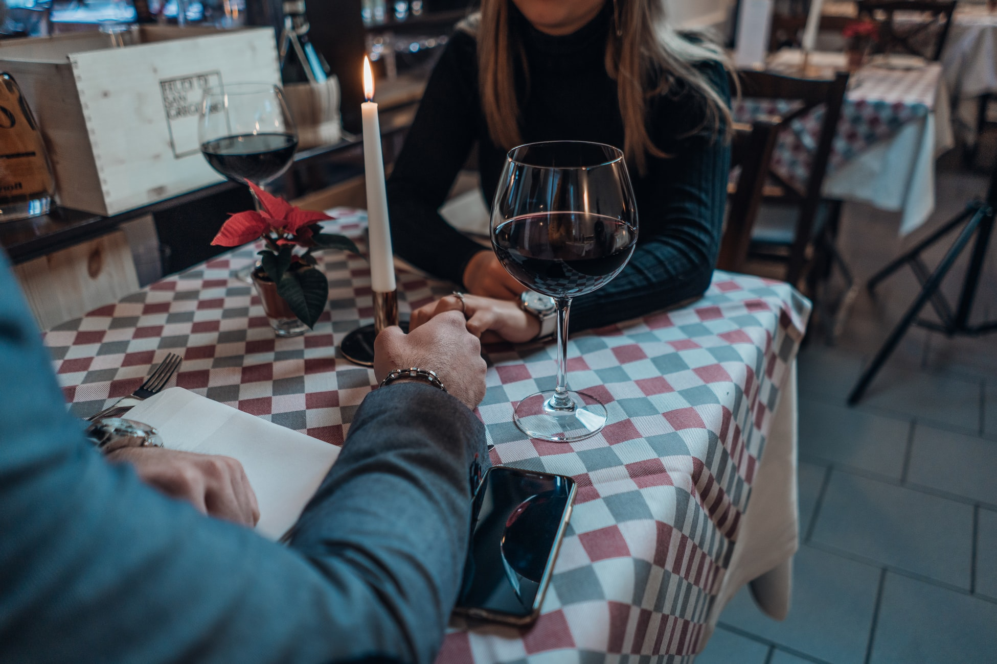 couple having a date at a restaurant, candlelit dinner, romantic, dating