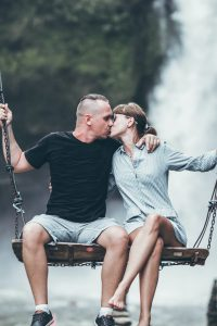 couple kissing on swing, relationship advice for men