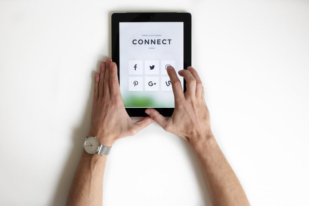 connect on social media, how to make friends online
